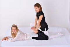 Siamesische Massage Massagetherapeut, der mit Frau arbeitet Lizenzfreies Stockfoto