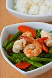Siamesische Nahrung, Rühren-gebratener Spargel mit essbaren Meerestieren Stockbild