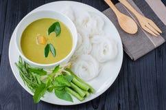 Siamesische Suppennudeln gegessen mit Curry stockfotografie
