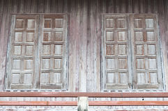 Siamesische traditionelle hölzerne Nordfenster. lizenzfreie stockfotos