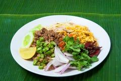 Siamesischer gebratener Reis auf Bananenblathintergrund Lizenzfreie Stockbilder