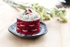 Siamesischer Kuchen Roter Kuchen des Samts Plätzchen und Erdbeere verzierten Esprit Stockfotos
