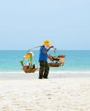 Siamesischer Mann verkauft Nahrung auf dem Strand, Thailand. Lizenzfreie Stockfotografie