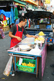 Siamesischer Mann verkauft Nahrung in Bangkok, Thailand. Lizenzfreie Stockbilder