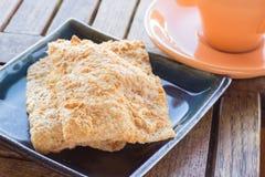 Siamesischer Reiscracker mit Schweinefleischglasschlacke und -Tasse Kaffee Lizenzfreie Stockfotos