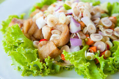 Siamesischer zurechtgemachter würziger Salat mit grünen Kräutern Stockbild