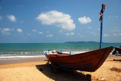 Siamesisches Boot auf dem Strand lizenzfreie stockfotografie