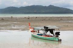 Siamesisches Fischerboot durch niedrige Gezeiten Stockbilder