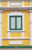 Siamesisches klassisches Fenster der alten Art im Gelb und im Grün Lizenzfreies Stockfoto