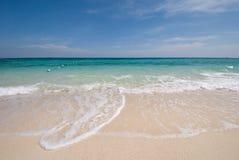 Siamesisches Meer: Weißer Sandstrand und blauer Himmel Stockfotografie