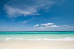 Siamesisches Meer: Weißer Sandstrand und blauer Himmel Lizenzfreies Stockbild