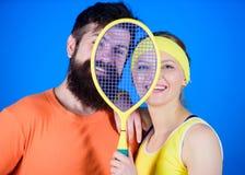 Siamo uno Successo atletico Attrezzatura di sport Donna felice e allenamento barbuto dell'uomo in palestra Forti muscoli del corp fotografia stock libera da diritti