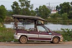 Sianoukville,柬埔寨- 2018年4月03日:在街道上停放的地方出租汽车汽车tuk-tuk 柬埔寨运输 免版税库存图片