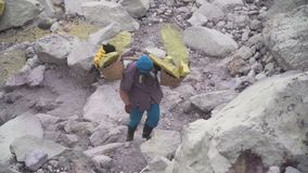 Siarka pracownik, góry Kawah Ijen wulkan zbiory wideo