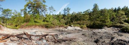 Siarkawi jeziora blisko Manado, Indonezja zdjęcie stock