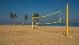 Siatkówki sieć na piaskowatej plaży i wierza Zdjęcia Stock