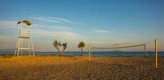 Siatkówki sieć na piaskowatej plaży i wierza Zdjęcia Royalty Free