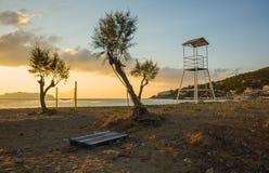 Siatkówki sieć na piaskowatej plaży i wierza Obrazy Stock