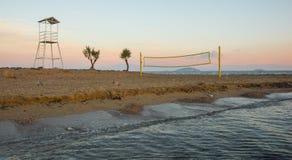 Siatkówki sieć na piaskowatej plaży i wierza Obrazy Royalty Free