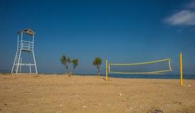 Siatkówki sieć na piaskowatej plaży i wierza Zdjęcie Royalty Free