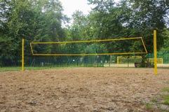 Siatkówki sieci zrozumienie nad piaska polem obrazy stock