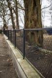 Siatki ogrodzenie na betonowej bazie Zdjęcie Royalty Free
