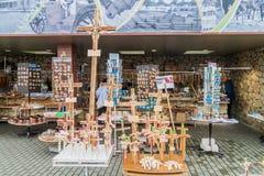 SIAULIAI LITAUEN - AUGUSTI 18, 2016: Souvenir stannar på kullen av kors, pilgrimsfärdplats i nordliga Lithuan royaltyfri foto