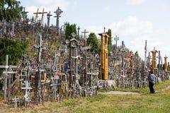 SIAULIAI, LITUÂNIA - 12 DE JULHO DE 2015: O monte das cruzes Foto de Stock