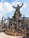 SIAULIAI, LITUÂNIA - 12 DE JULHO DE 2015: O monte das cruzes (Kryziu Foto de Stock Royalty Free
