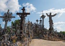 SIAULIAI, LITUÂNIA - 12 DE JULHO DE 2015: O monte das cruzes (Kryziu Imagem de Stock Royalty Free