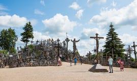 SIAULIAI, LITUÂNIA - 12 DE JULHO DE 2015: O monte das cruzes (Kryziu Foto de Stock
