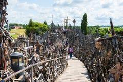SIAULIAI, LITUÂNIA - 12 DE JULHO DE 2015: O monte das cruzes (Kryziu Fotografia de Stock