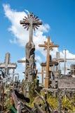 SIAULIAI, LITUÂNIA - 12 DE JULHO DE 2015: O monte das cruzes (Kryziu Imagens de Stock