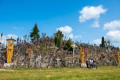 SIAULIAI, LITUÂNIA - 12 DE JULHO DE 2015: O monte das cruzes (Kryziu Imagens de Stock Royalty Free