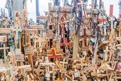 SIAULIAI, LITUÂNIA - 18 DE AGOSTO DE 2016: Detalhe de cruzes no monte das cruzes, local da peregrinação em Lithuan do norte fotos de stock