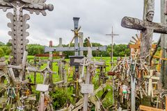 SIAULIAI, LITUÂNIA - 18 DE AGOSTO DE 2016: O monte das cruzes, local da peregrinação em Lithuan do norte imagens de stock royalty free