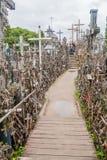 SIAULIAI, LITUÂNIA - 18 DE AGOSTO DE 2016: O monte das cruzes, local da peregrinação em Lithuan do norte foto de stock royalty free