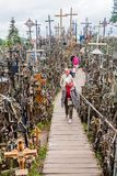 SIAULIAI, LITUÂNIA - 18 DE AGOSTO DE 2016: O monte das cruzes, local da peregrinação em Lithuan do norte fotos de stock