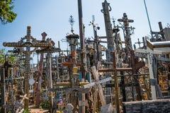 SIAULIAI, LITUÂNIA - 22 DE JULHO DE 2018: O monte das cruzes é um original fotografia de stock royalty free