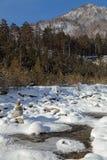 Sibéria, montanhas de Sayan orientais, a terra do inverno do rio de Kyngarga imagens de stock