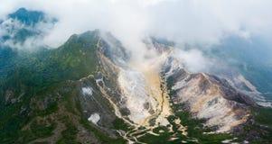 Εναέριο ηφαίστειο Sibayak άποψης, ενεργό caldera που βράζει στον ατμό, προορισμός ταξιδιού σε Berastagi, Sumatra, Ινδονησία στοκ εικόνα