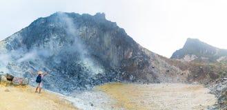 Sibayak vulkan, gr?nsm?rke f?r ?nga ber?md loppdestination f?r aktiv caldera naturlig och turist- dragning i Berastagi Sumatra arkivbild