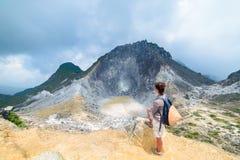 Sibayak vulkan, gr?nsm?rke f?r ?nga ber?md loppdestination f?r aktiv caldera naturlig och turist- dragning i Berastagi Sumatra royaltyfri fotografi