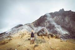 Sibayak vulkan, gr?nsm?rke f?r ?nga ber?md loppdestination f?r aktiv caldera naturlig och turist- dragning i Berastagi Sumatra fotografering för bildbyråer