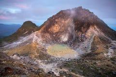 Sibayakvulkaan bij zonsopgang, noordelijke Sumatra stock afbeeldingen