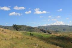 草甸和多云天空由Sibebe晃动,南非,斯威士兰,非洲自然,旅行,风景 免版税库存图片
