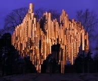 Sibelius-monumento en la noche del otoño. Fotos de archivo
