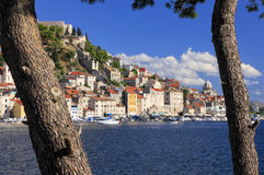 Sibenic auf dem Hügel in Kroatien Stockbilder