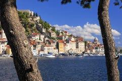 Sibenic sulla collina in Croazia Immagini Stock