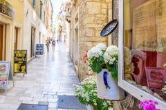 SIBENIK, Хорвати-май 26,2017: Сценарный взгляд на среднеземноморских узких улицах и историческая традиционная архитектура в Хорва стоковые изображения rf